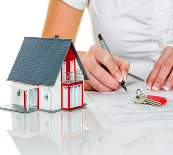 mujer firmando su contrato para compra de casa
