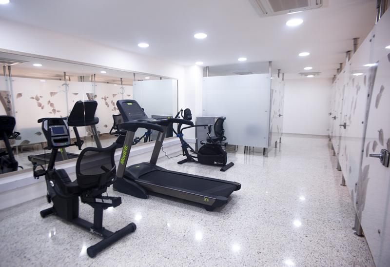 Cuarto con maquinas para ejercicio