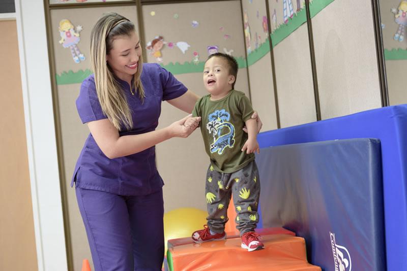 realizando ejercicios de motricidad para infantes