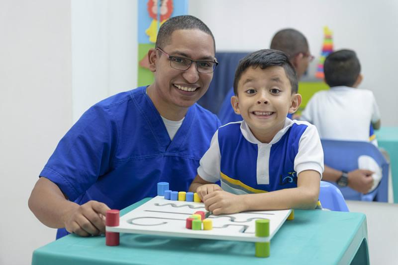 doctor y niño realizando actividades de integracion ips