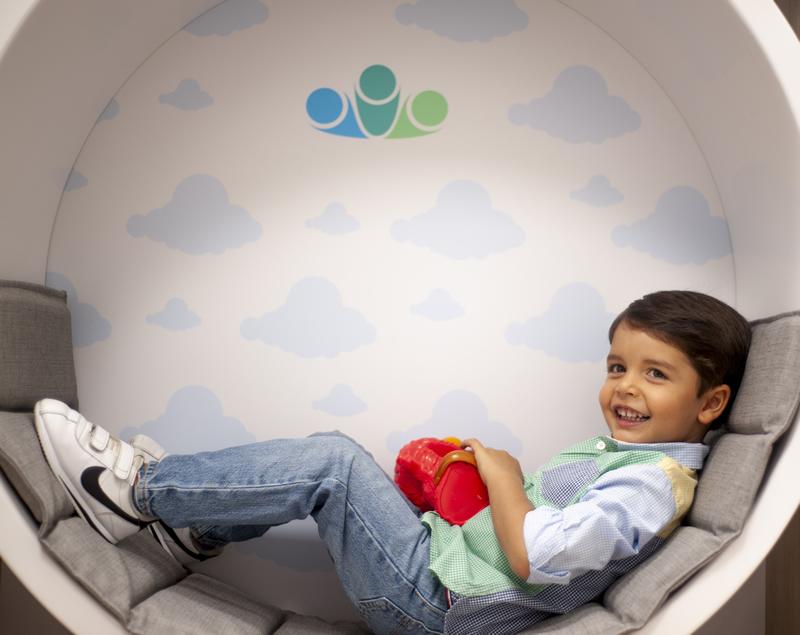 niño disfrutando instlaciones pediatria