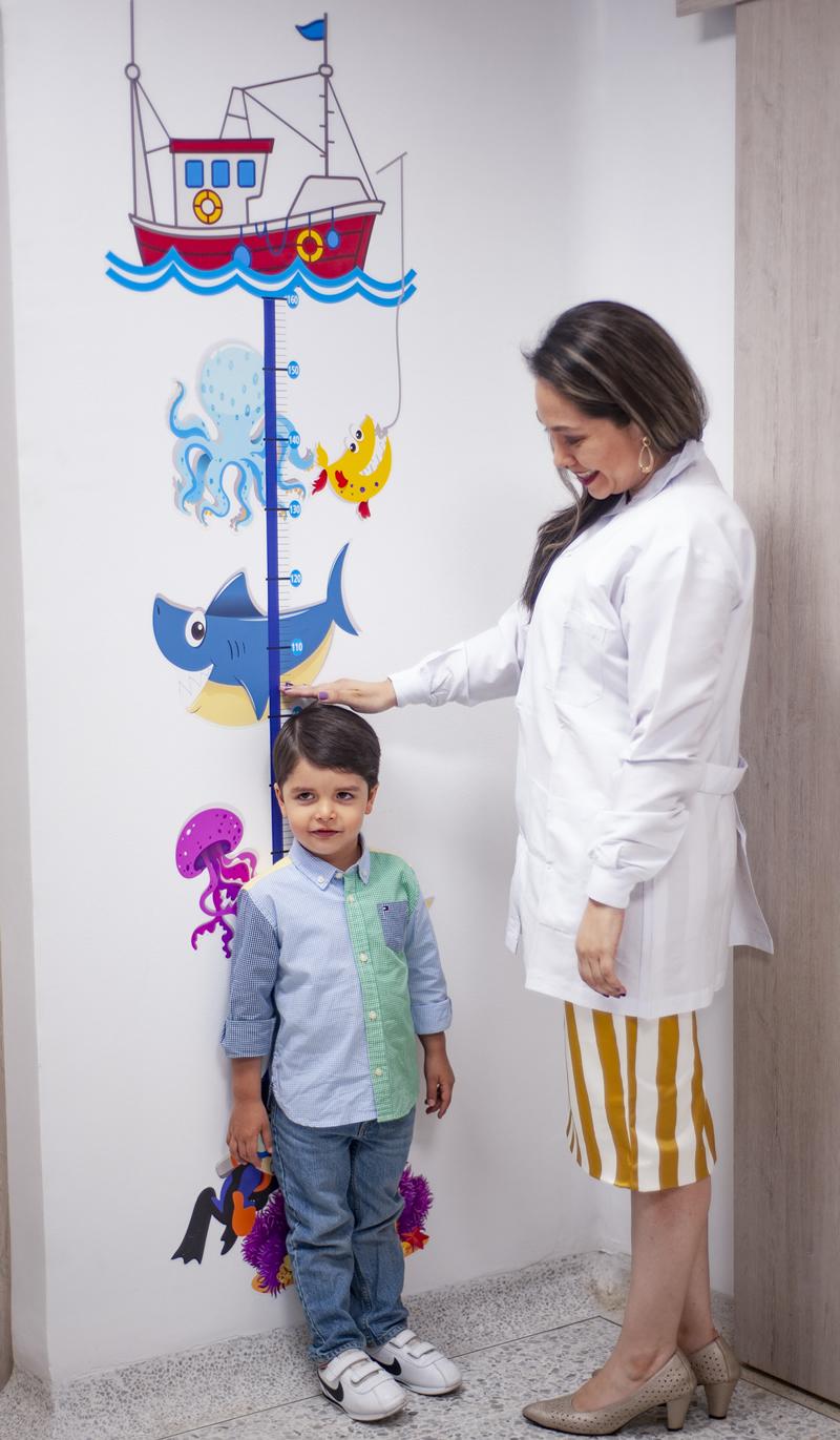 doctora tomando altura de niño