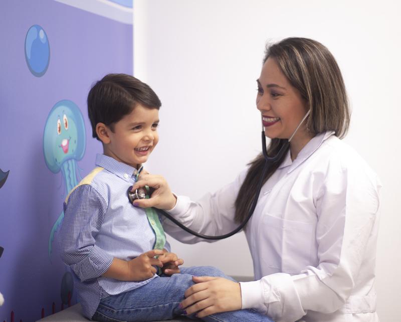 dodctora examinando niño