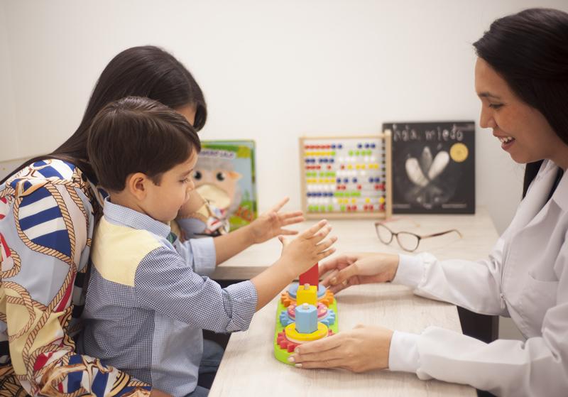 mama e hijo en cita con pediatra